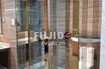 Cửa thủy lực khung Inox vàng gương – sang trọng, bền đẹp